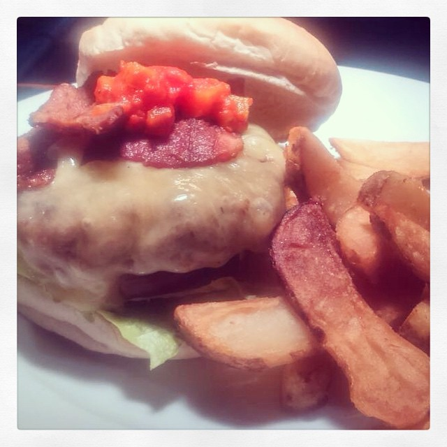 You want a cheese and bacon burger for lunch. With hand cut chips. Yes you do. #stroudgreen #finsburypark #london #londonpub #anticlondon